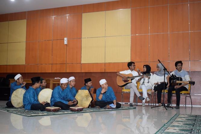 penampilan akustik dari mahasiswa FTKI