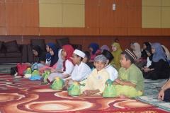 mahasiswa dan anak yatim dalam acara buka puasa bersama