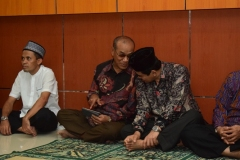 rektor universitas nasional, Dr. El Amry Bermawi Putera, M.A. (tengah) beserta dosen UNAS