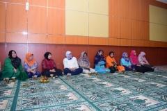 dosen dan karyawan UNAS saat mendengarkan tausiyah agama dalam acara buka puasa bersama