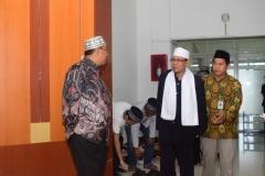 ketua yayasan memajukan ilmu dan kebudayaan UNAS, (kiri) saat menyambut penceramah