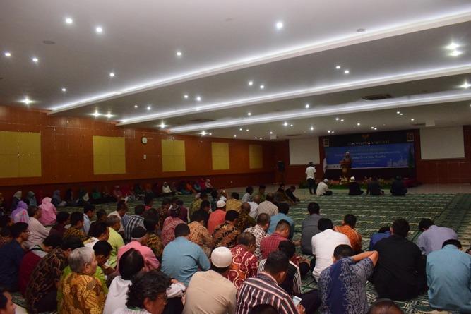 keramaian para dosen dan karyawan unas saat menghadiri acara buka puasa bersama civitas akademika unas di aula blok 1 lantai IV unas