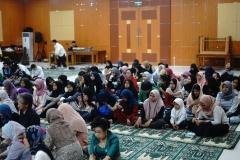 Mahasiswa dan anak yatim membaur menjadi satu pada acara buka bersama civitas akademika dan alumni fakultas bahasa dan sastra UNAS, di Aula Blok 1 lantai 4, Selasa (28/5)