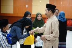DekanFakultas Bahasa dan Sastra Drs Somadi, M.Pd (kanan) memberikan hadiah kepada anak yatim