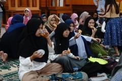 Mahasiswa fakultas bahasa dan sastra menikmati sajian buka yang telah disediakan