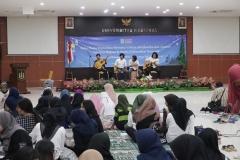 Mahasiswa fakultas bahasa dan sastra menghibur para anak yatim dan dosen