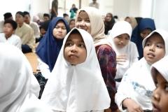 Salah satu anak yatim nampak khidmat mengikuti acara Buka bersama dan santunan yang dilakukan oleh FIKES UNAS