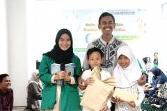 foto bersama panitia dan anak yatim setelah pembagian hadiah