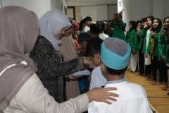 Santunan  anak yatim yang diberikan oleh pimpinan dan dosen FIKES UNAS
