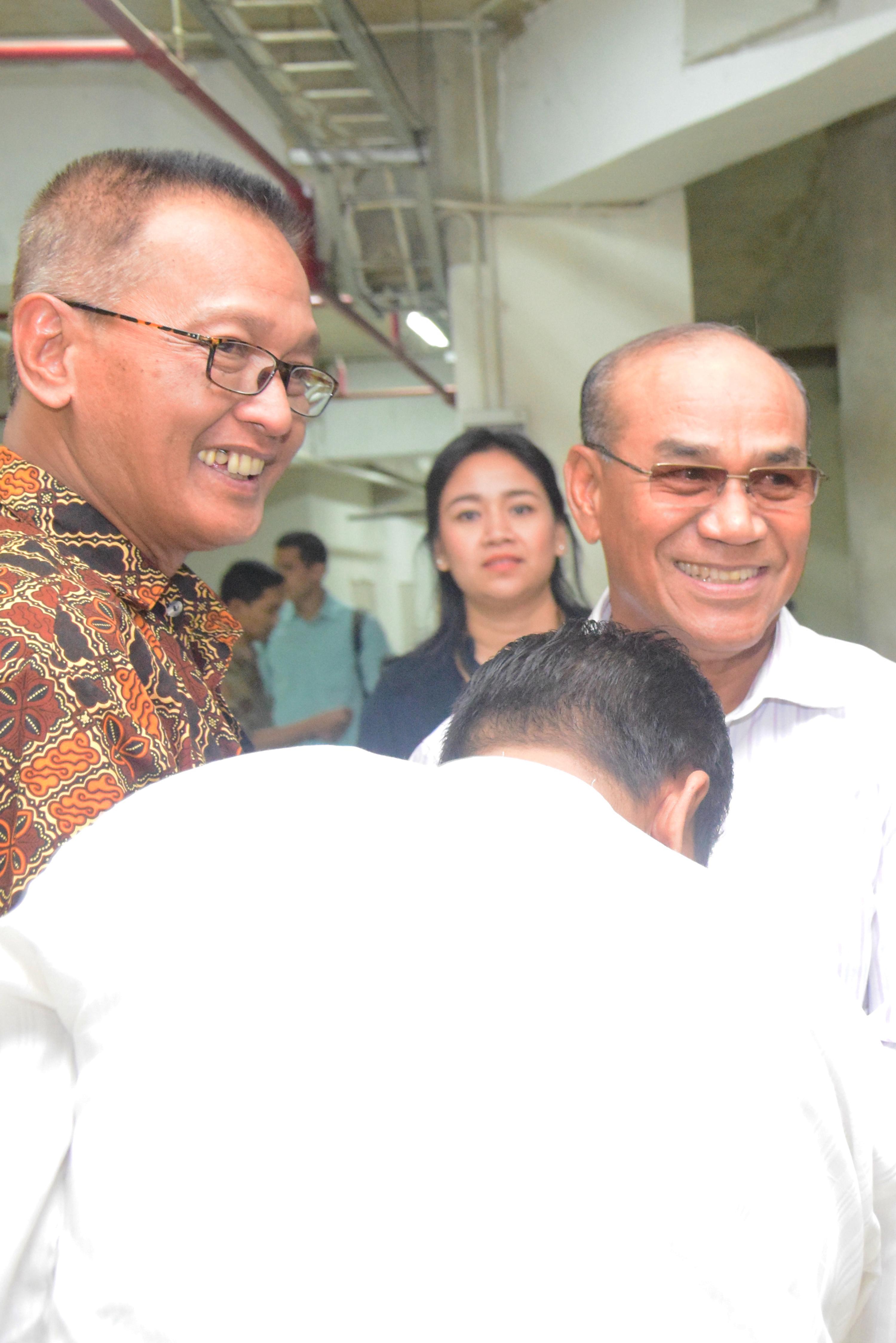 Rektor memasuki masjid