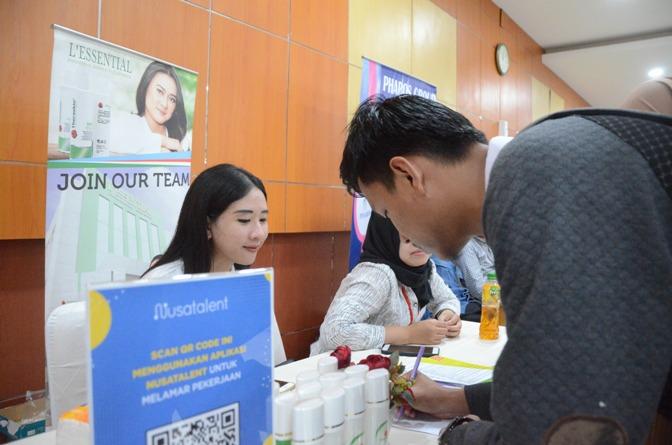 Pengunjung Job Fair sedang mengisi formulir lamaran