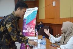 Para Pencari Kerja mengunjungi Job Fair di UNAS