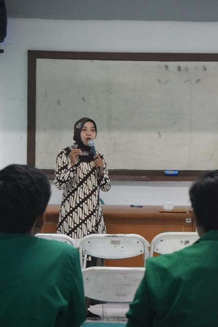 Para instruktur memperkenalkan Unas kepada peserta 2
