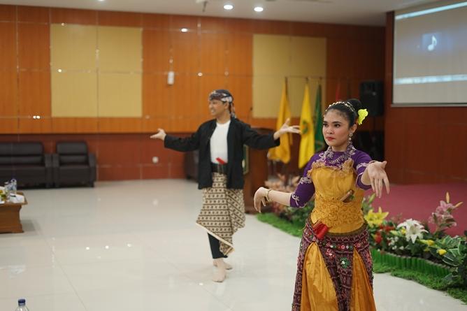 Tarian UNAS  pada acara Closing Ceremony Internal Moot Court Competition, di aula blok 1 lantai 4 UNAS
