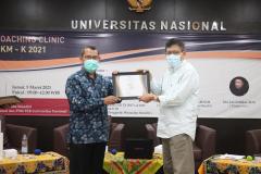 Penyerahan Sertfikat oleh Drs. Suadi Sapta Putra kepada Mudjiarto S.E. M.Si. saat kegiatan Coaching Clinic PKM diselenggarakan UPT Inkubator Wirausaha Mandiri UNAS pada Jumat, 05 Maret 2021