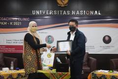 Penyerahan Sertifikat oleh Muhani S.E. M.Si.M. kepada Drs. Ian Zulfikar M.Si. saat kegiatan Coaching Clinic PKM diselenggarakan UPT Inkubator Wirausaha Mandiri UNAS pada Jumat, 05 Maret 2021