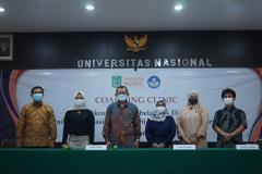 Foto bersama para narasumber, BPM, dan Wakil Rektor dalam kegiatan coaching clinic.