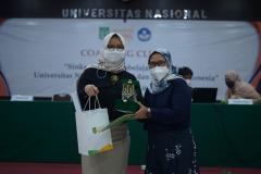 Pemberian Plakat dan cenderamata kepada narasumber, Yulita Priyoningsih selaku Sub Koordinator Pem Khusus SPADA DIkti