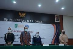 Para narasumber dan panitia sedang menyanyikan lagu Indonesia Raya dan Mars Unasd dalam pembukaan kegaitan coaching clinic di Aula Blok I Lantai IV Unas.