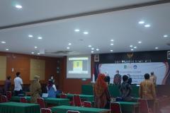 Menyanyikan lagu Indonesia Raya dan Mars Unasd dalam pembukaan kegaitan coaching clinic di Aula Blok I Lantai IV Unas.