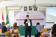 Prof. Dr. Maman Abdurachman Djauhari, B.Sc.,BA. saat menjelaskan tentang penulisan ilmiah