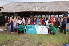 Foto bersama - Masyarakat dan mahasiswa berfoto bersama setelah melakukan pelatihan pembuatan pupuk kompos