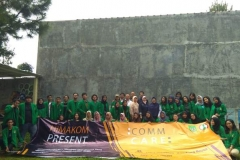Foto bersama - Seluruh dosen ilmu komunikasi dan mahasiswa ilmu komunikasi berforo bersama setelah acara comcare sukses dilaksanakan