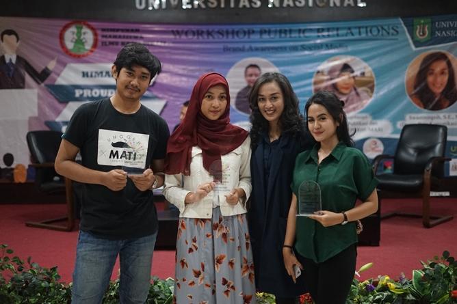 Foto bersama  Dosen Ilmu Komunikasi Universitas Nasional Swastiningsih S.E., M.Si. (dua kanan) dengan peserta workshop Public Relations