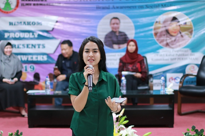 Peserta Workshop Public Relations melakukan Public Speaking