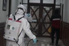 Penyemprotan disinfektan  dilakukan di ruang rektorat UNAS pada Minggu (22/3)
