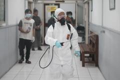 Penyemprotan disinfektan  dilakukan di ruang kelas UNAS pada Minggu (22/3)