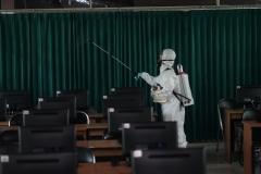 Petugas juga melakukan penyemprotan di laboratorium UNAS pada Minggu (22/3)