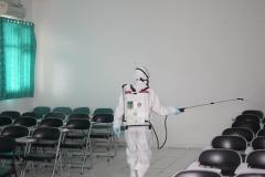 Selain ruang pimpinan UNAS, Badan/ Biro/ UPT, Petugas juga menyemprotkan disinfektan di ruang kelas perkuliahan gar terbebas dari covid-19 pada Minggu (22/3)