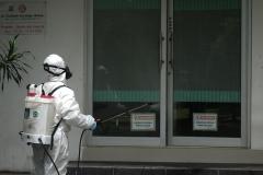 Penyemprotan disinfektan juga dilakukan oleh petugas di area klinik UNAS