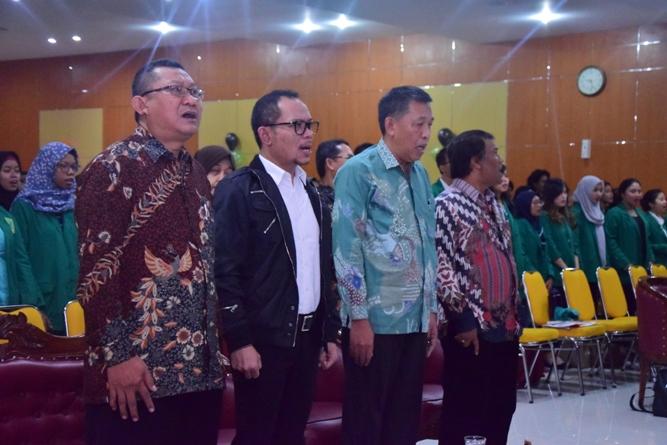 Dekan FE, Menteri Ketenagakerjaan Muhammad Hanif Dhakhiri S.Ag., M.Si. Warek dan Wakil Dekan FE sedang menyanyikan lagu indonesia raya dalam Dies Natalis FE