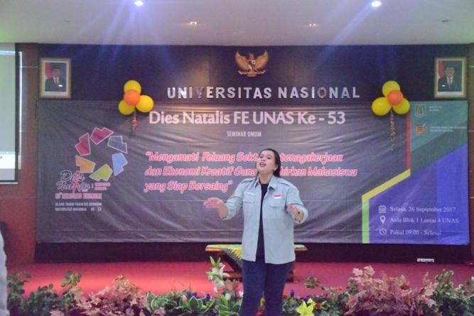 Dirigen dalam menyanyikan lagu Indonesia Raya dan mars UNAS pada saat Dies Natalis FE