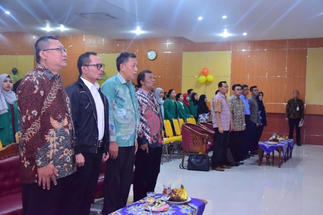 Menyanyikan lagu indonesia raya dan mars UNAS dalam pembukaan Dies Natalis FE