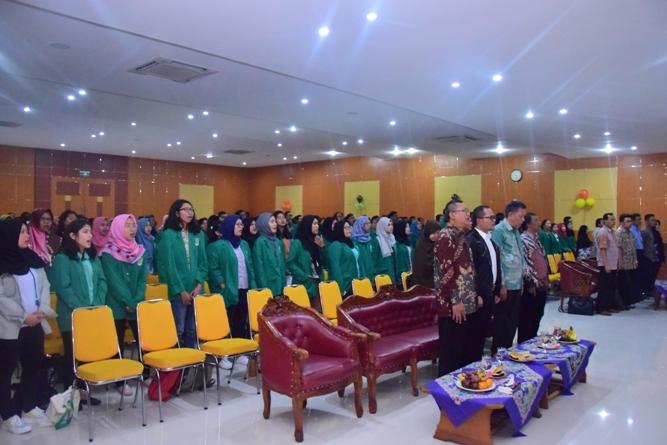 Seluruh peserta seminar umum dan para petinggi UNAS sedang menyanyikan lagu Indonesia Raya dan mars unas dalam opening Dies Natalis FE
