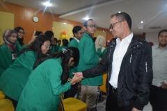 Menteri Ketenagakerjaan Muhammad Hanif Dhakhiri S.Ag., M.Si. saat bersalaman dengan salah satu mahasiswa dalam Dies Natalis FE