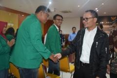 Menteri Ketenagakerjaan Muhammad Hanif Dhakhiri S.Ag., M.Si. saat bersalaman dengan salah satu mahasiswa