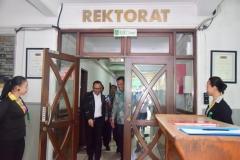 Menteri Ketenagakerjaan Muhammad Hanif Dhakhiri S.Ag., M.Si. saat meninggalkan ruangan Rektorat