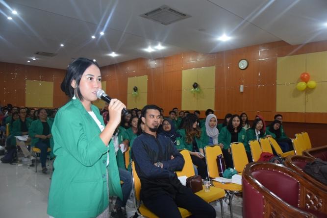 salah satu mahasiswi dalam seminar umum sedang memberikan jawaban pertanyaan dari Muhammad Firdan