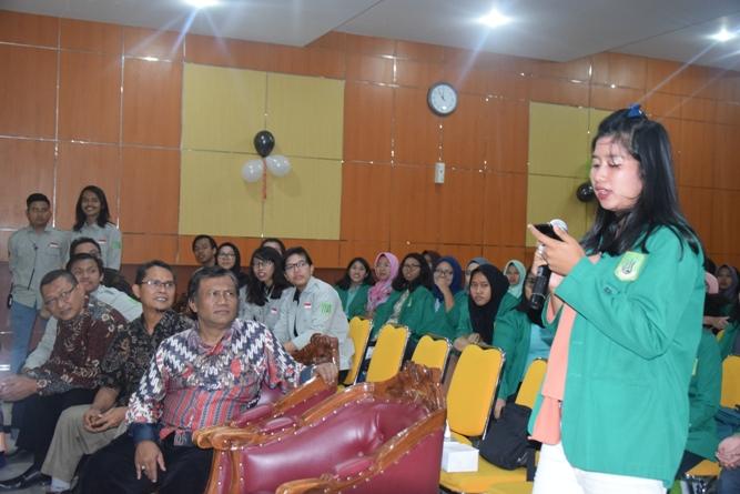 salah satu mahasiswi dalam seminar umum