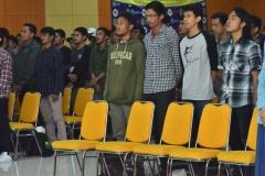 para peserta seminar sedang menyanyikan lagu indonesia raya