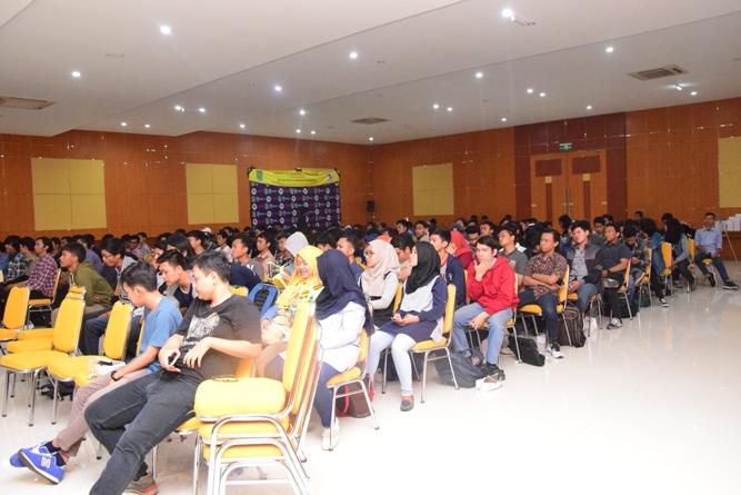 para peserta sedang mendengarkan materi seminar