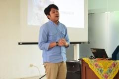 Seno yang juga alumni UNAS sedang sharing pengalamannya kepada peserta diskusi