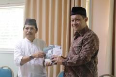 pemberian buku, Ketua PPI UNAS , Dr. Fachruddin Mangunjaya, M.Si. (kiri), dan Ketua Lembaga PLH dan SDA MUI, Dr. Hayu Prabowo (kanan), di Ruang 108 Blok 1 UNAS, Jumat (03-5)