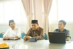 pembukaan diskusi oleh ketua PPI UNAS, Dr. Fachruddin Mangunjaya, M.Si. (kiri), pembicara, Dr. Hayu Prabowo, di Ruang 108 Blok 1 UNAS, Jumat (03-5)