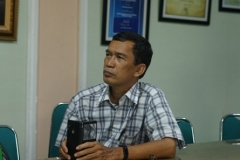 Ketua Magister Biologi UNAS, Dr. Tatang Mitra Setia sedang menyimak diskusi, di Ruang 108 Blok 1 UNAS, Jumat (03-5)