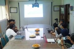 diskusi bulanan sedang berlangsung, di Ruang 108 Blok 1 UNAS, Jumat (03-5)